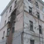 Обрушение кирпичного здания из-за повреждений стен