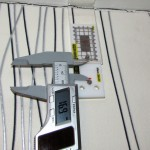 Точные наблюдения за трещиной в углах здания при помощи маяка ЗИ-2У и электронного штангенциркуля