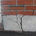 Трещина в фундаменте здания