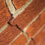 Трещина в кирпичной кладке стены