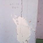 Клякса гипса на стене с трещиной