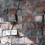 Маяк из цементно-песчаного раствора на трещине